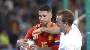 Sergio Ramos (sebelah kiri)
