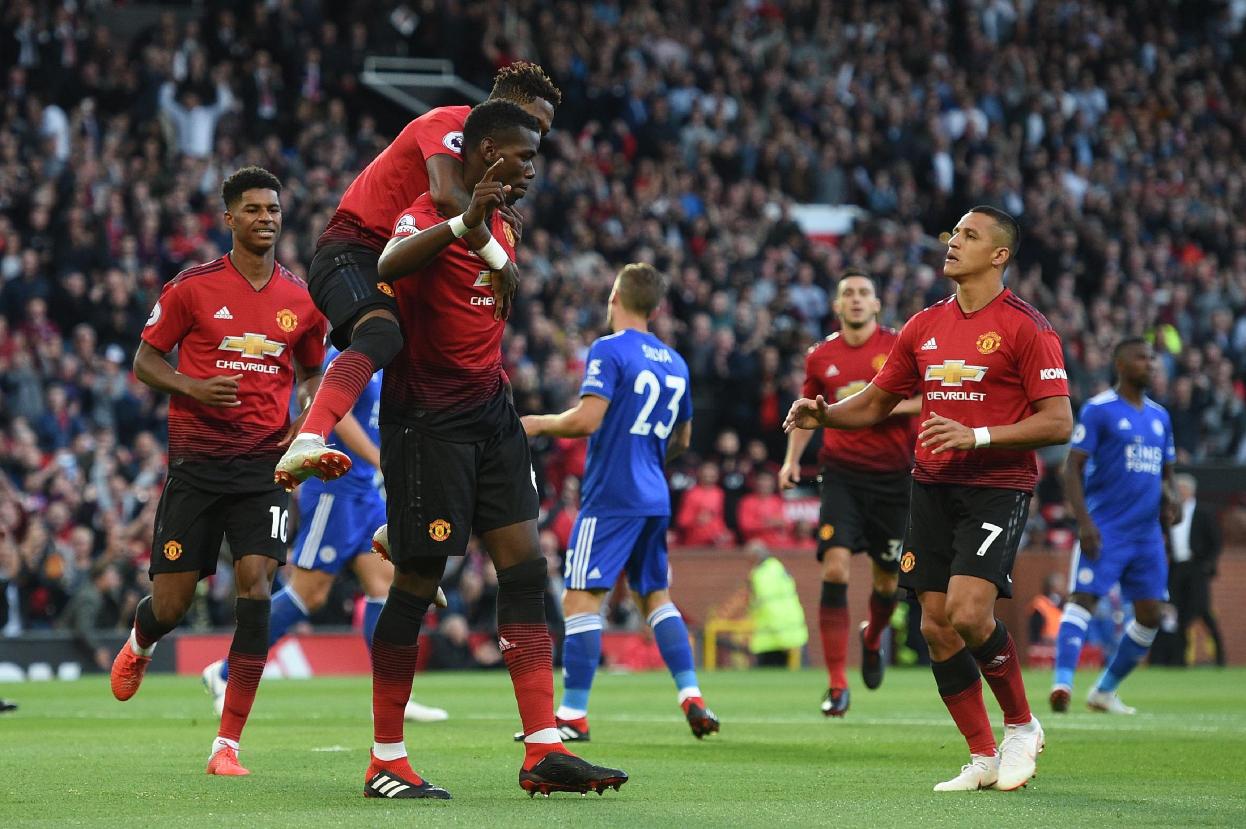 Untuk Menang, Gary Neville Menyarankan Manchester United Menekan Kiper Liverpool
